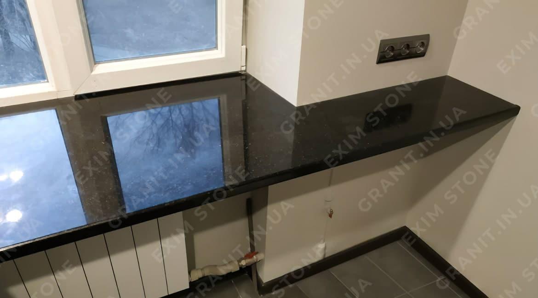 подоконник на кухню совмещенный со столешницей из гранита габбро